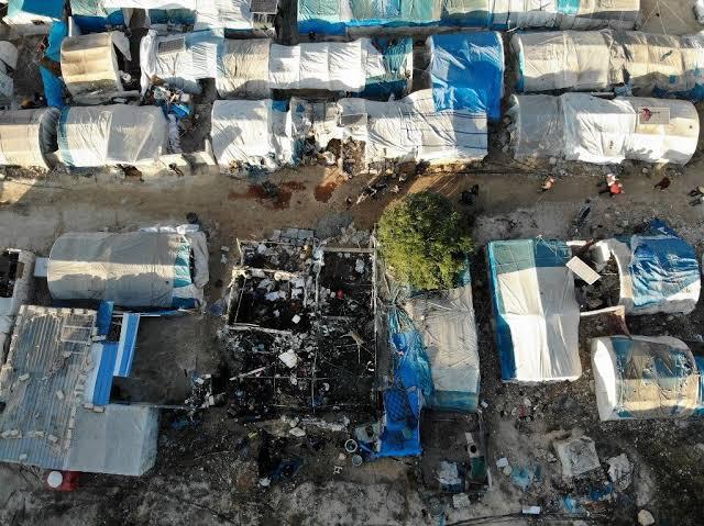 """بالوثائق.. تقرير حقوقي يؤكد أن نظام الأسد مسؤول عن استهداف مخيم """"قاح"""" للنازحين"""
